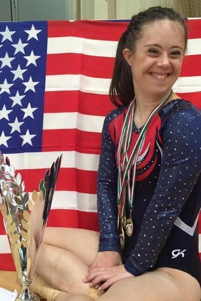 ginasta Chelsea Werner com medalhas e troféus