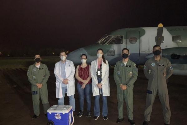 médicos recebendo coração para transplante