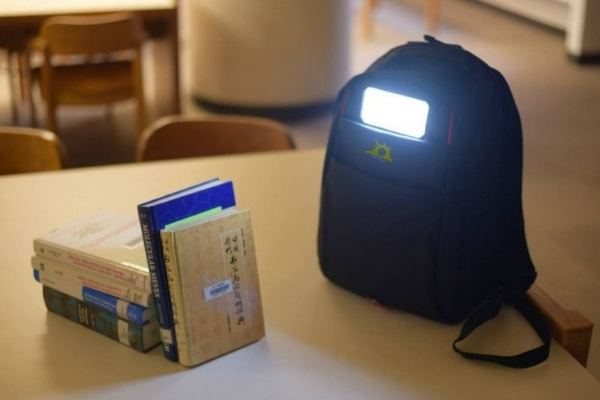 A mochila solar fornece luz e carrega dispositivos móveis