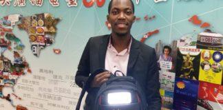 Mike criou uma empresa de mochilas solares em homenagem ao primo que morreu em um incêndio causado por uma vela.