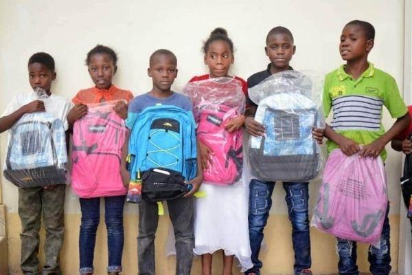 Crianças do Haiti com a mochila solar da Solo Bag