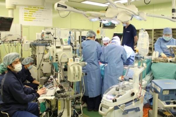 cirurgiões realizam transplante de pulmão