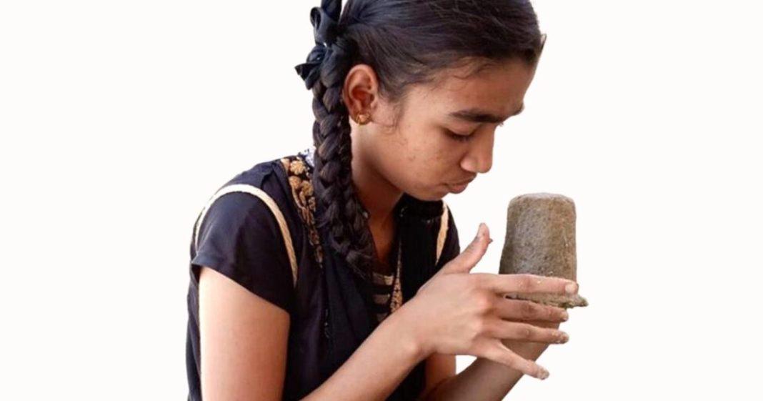 menina indiana segurando vaso plantas biodegradáveis
