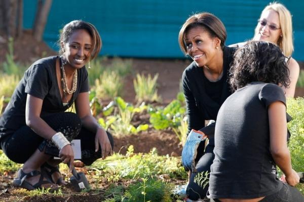 Michelle Obama ajuda comunidade de Soweto, em Johannesburg