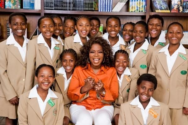 Oprah Winfrey com a turma de meninas da sua escola na África do Sul