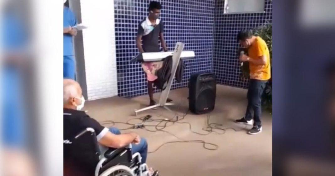 homem toca instrumento enquanto pai recebe alta hospital