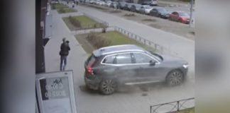 Vídeo mostra pai salvando filho de carro desgovernado
