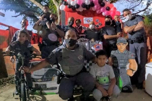 Policiais militares fizerem uma linda surpresa para o menino Peterson, com bicicleta e uma festa personalizada