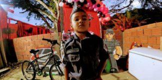 A policia militar fez uma linda surpresa para o menino Peterson, com bicicleta e uma festa personalizada