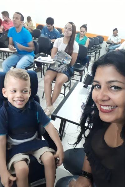 alunos e menino cadeira rodas sala de aula