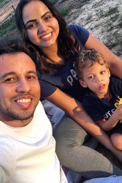 pai, mãe e filho com paralisia cerebral