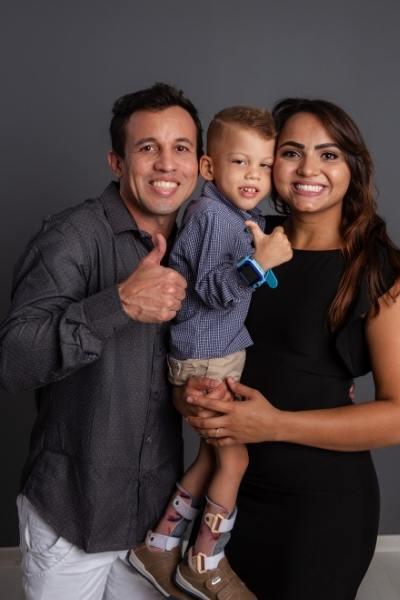 Registro da família abraçada com o pequeno Geraldo, que tem paralisia cerebral