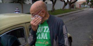 professor aposentado chorando