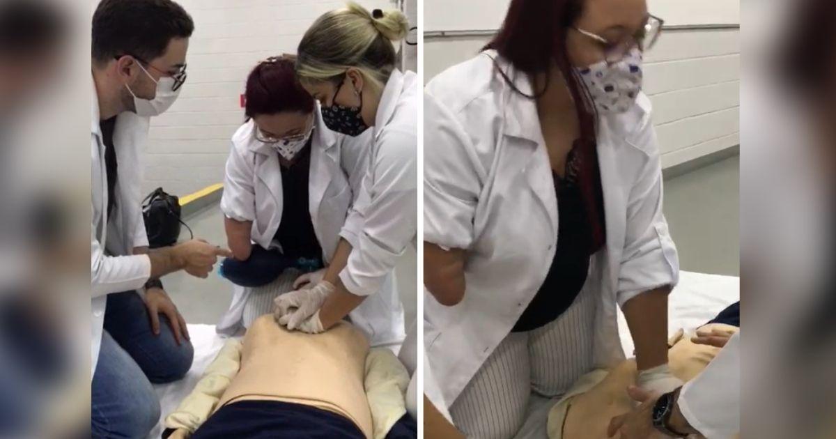 professor ensina massagem cardíaca em boneco para alunas