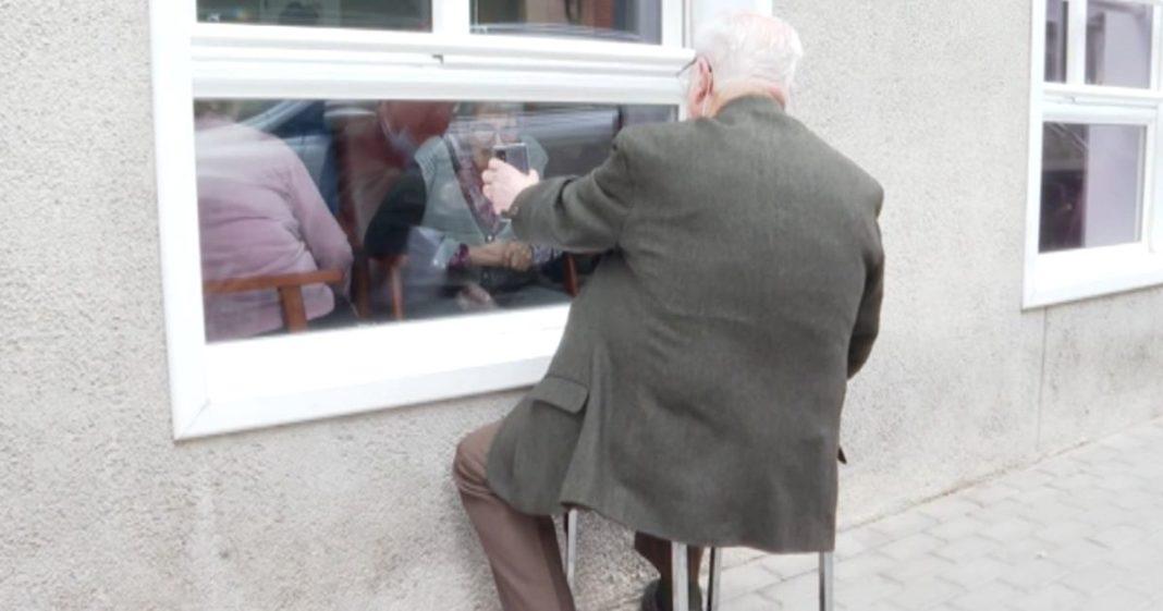 Xavier visita sua esposa com Alzheimer todos os dias através de uma janela