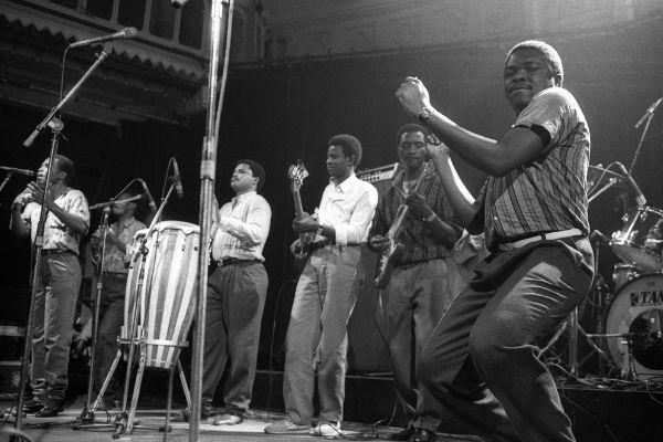 foto preta e branca músicos tocando soukous