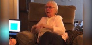 idosa sentada ouvindo audiobook