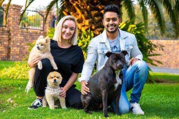 casal com 3 cachorros