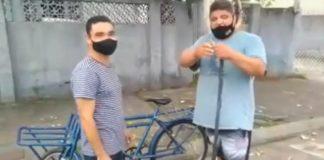 rapaz com colega e bicicleta