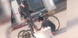 Garoto ajudando vendedor de pães idoso problemas bicicleta