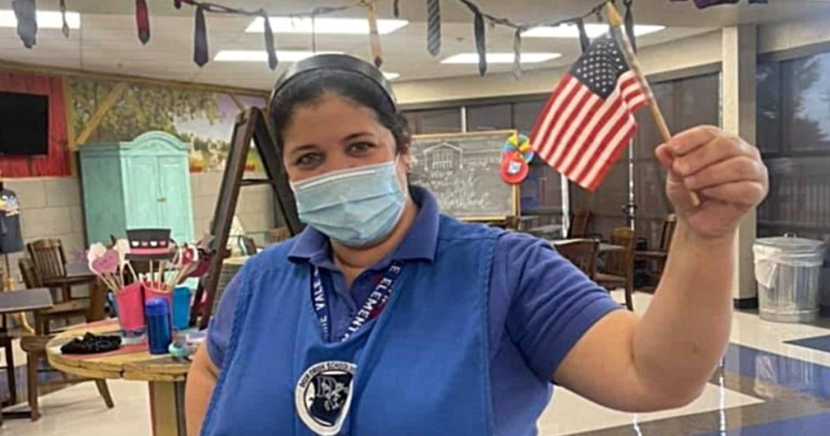 mulher de máscara com bandeira EUA