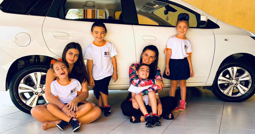 Família em frente a carro