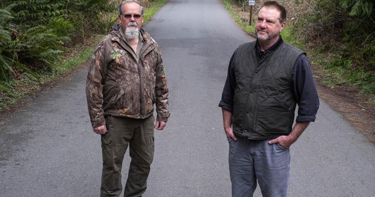 Homens em estrada