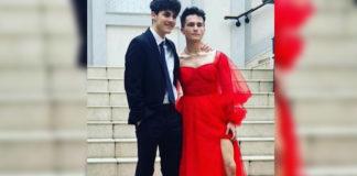adolescente gay usa vestido vermelho baile formatura
