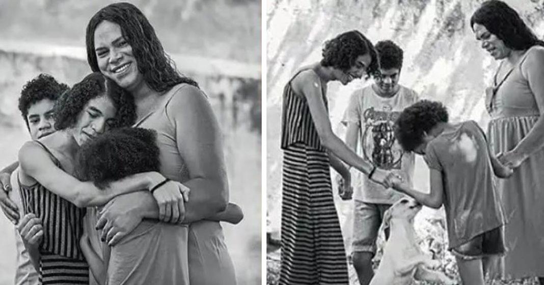 Mulher trans abraçada com filhos