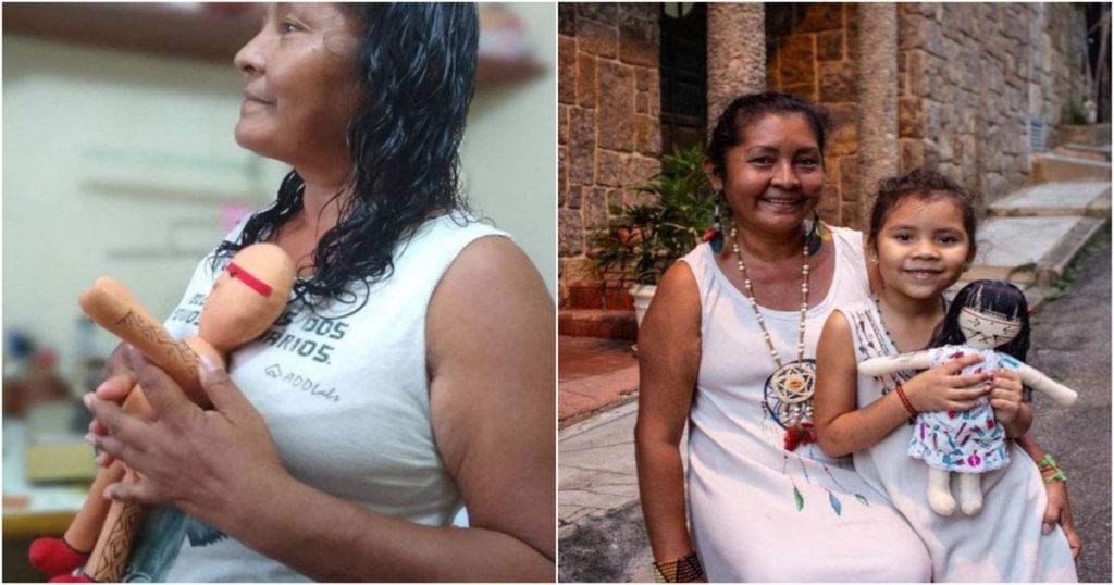 indígena segura boneca com sua neta
