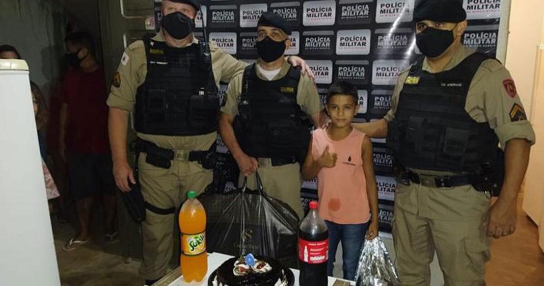 policiais em festa com menino