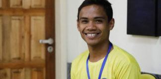Menino sorrindo com medalha no peito