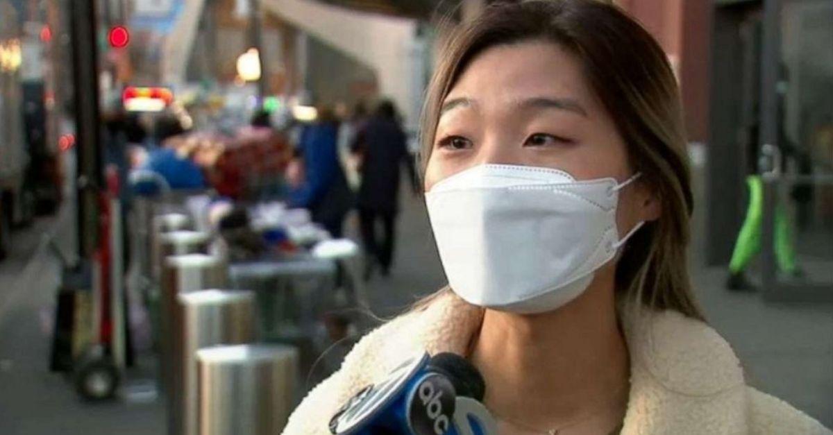 mulher asiática durante entrevista canal TV