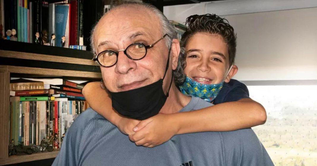 avô e neto abraçados
