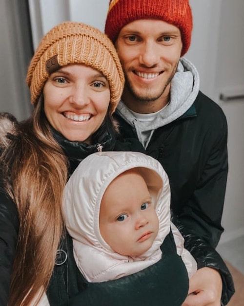 pais sorrindo com filha bebê colo