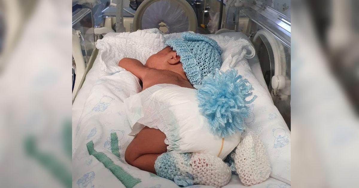 bebê internado em UTI neonatal com rabinho de coelho confeccionado em tecido