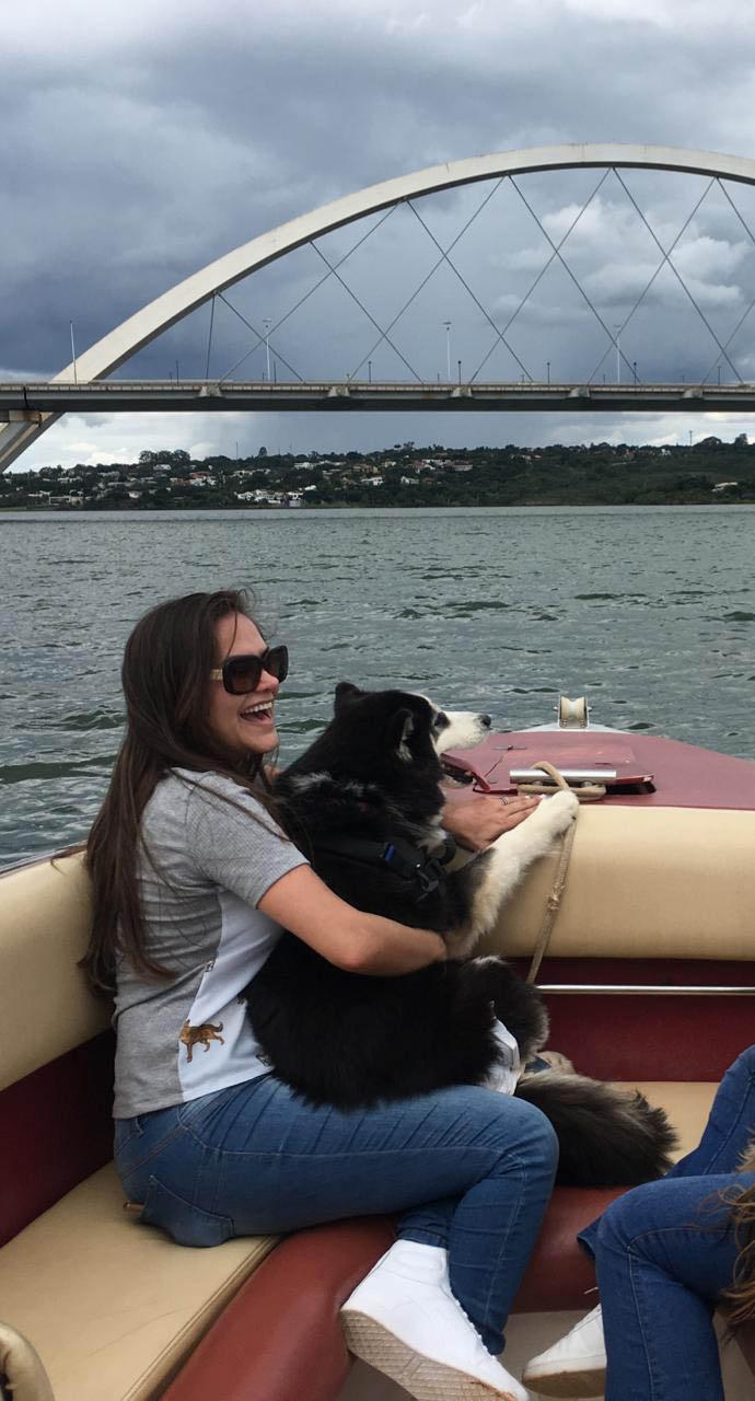 cadela husky siberiano passeando dona barco