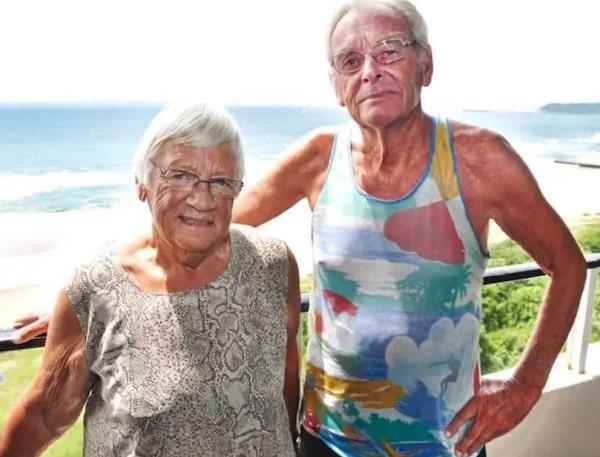 casal de idosos posando foto sorrindo