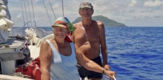 casal idosos em barco
