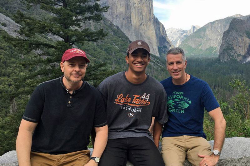casal gay filho sorrindo parque nacional estados unidos
