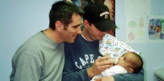 casal gay dando mamadeira recém-nascido