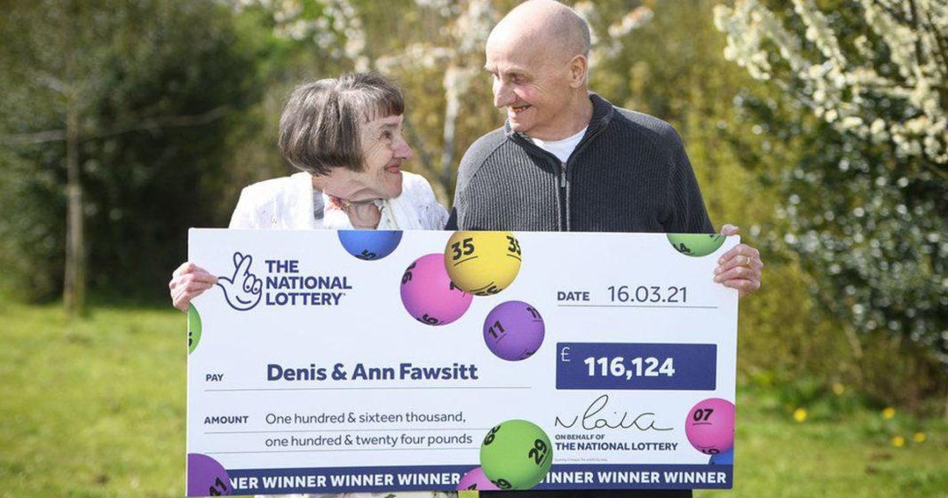 Casal de idosos com bilhete de loteria