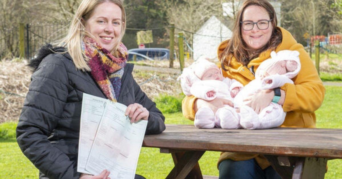 casal de lésbicas com bebês e certidão de nascimento