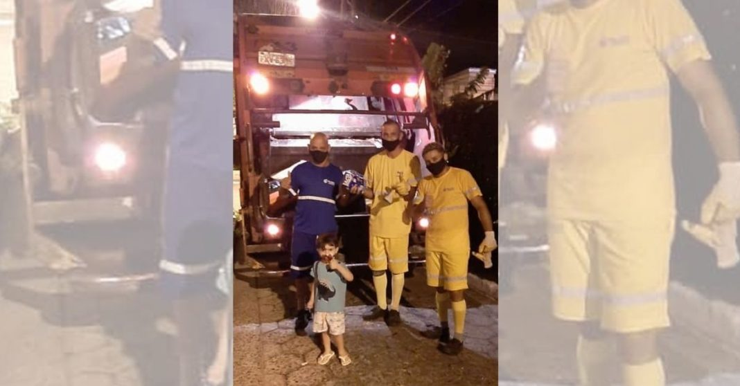 coletores de lixo posam para foto com garoto que os presenteou com chocolates