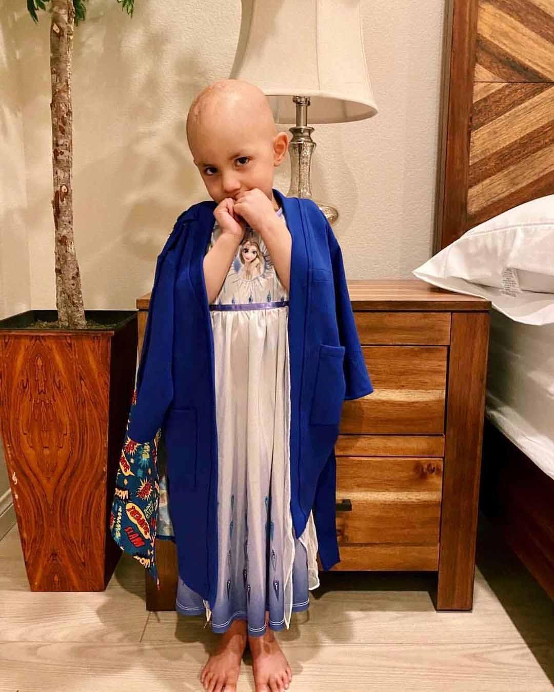menina usando roupão azul tema super-herói