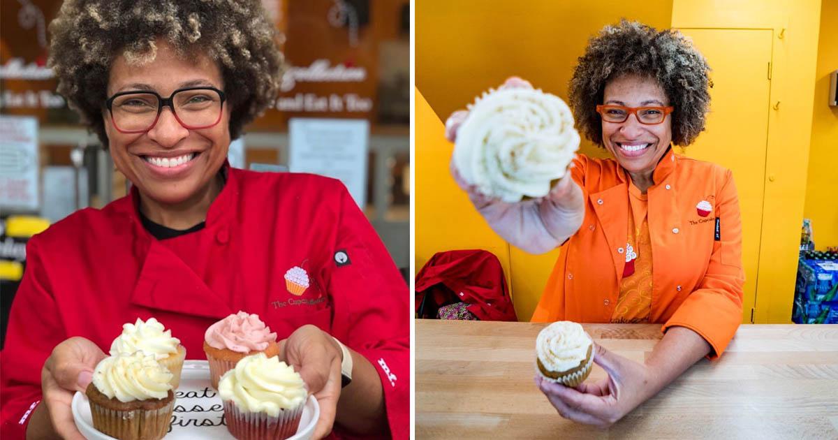 mulher sorrindo cupcakes