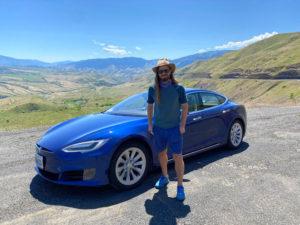Homem ao lado de um Tesla