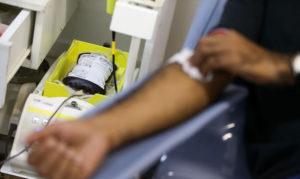 pessoa doando sangue