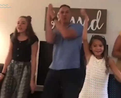 pai canta com filhas