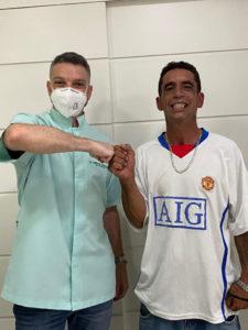 Dentista e paciente se cumprimentando